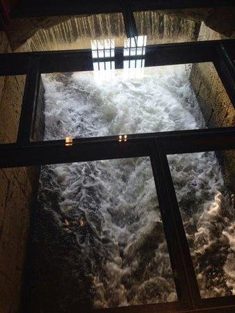 Hotel Marques de la Ensenada: Paso de agua por el molino, visto a traves de un suelo de cristal