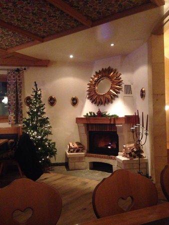 Turmhotel Victoria Davos: Fireplace