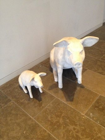 The Gibson Hotel: Cute pigs by reception :)