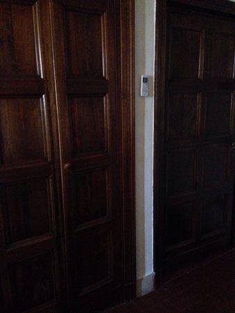 Hotel Columbus: Armadio a muro e porta d'ingresso