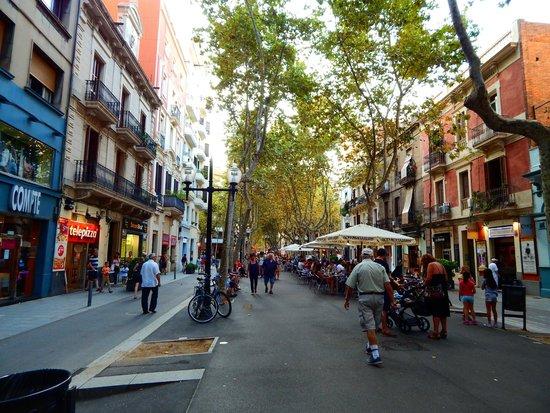 Four Points by Sheraton Barcelona Diagonal: Walking street next to the hotel