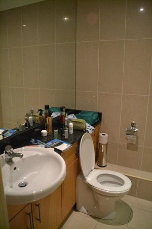 Your Home from Home - Southdock: cuarto de baño grande.