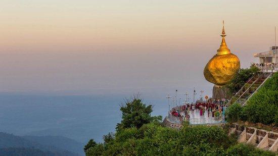 Kyaiktiyo Pagoda: Golden Rock at Sunset