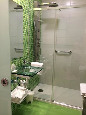 C7 Guest House: Bathroom with modern shower