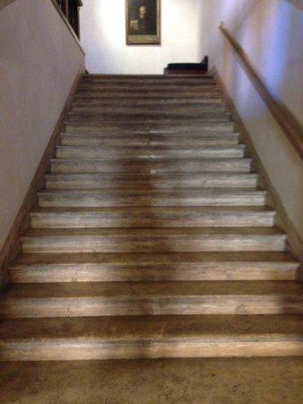 Hotel Columbus: Scalinata: ma c'è pure l'ascensore