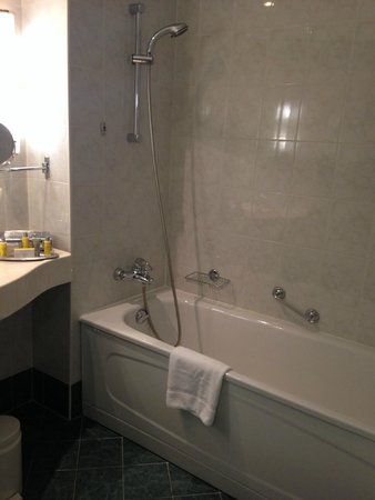 Moscow Marriott Grand Hotel: shower/tub