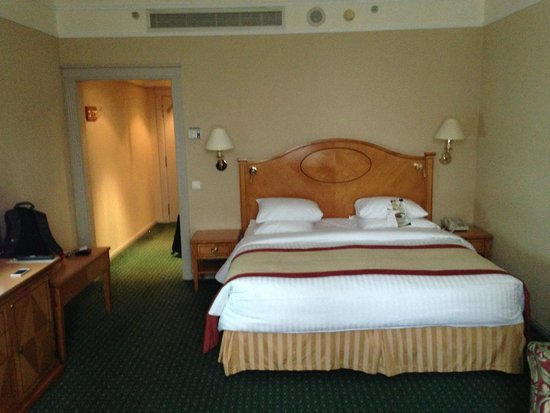 Moscow Marriott Grand Hotel: view of bed/room from window