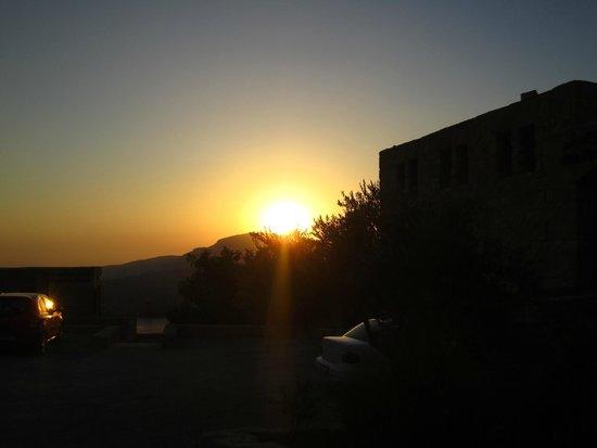 Dana Guesthouse : coucher de soleil depuis la terrasse
