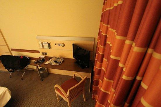 Holiday Inn Express Zürich Airport: Arbeitsecke mit kleinem TV-Gerät.