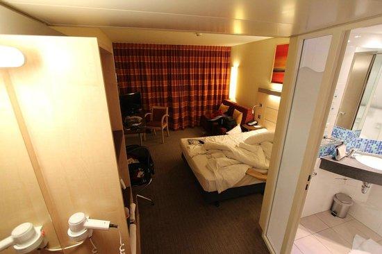 Holiday Inn Express Zürich Airport: Das Zimmer aus Richtung Tür. Links der Spiegel mit fest montiertem Fön.