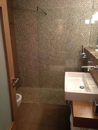 Napura Art & Design Hotel: bathroom with large walk-in shower