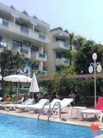 Merhaba Hotel: Pool and bar