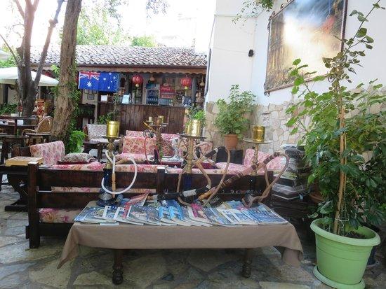 Boomerang Guesthouse Ephesus: Terraza donde se hacen los desayunos y con servicio de restaurante.