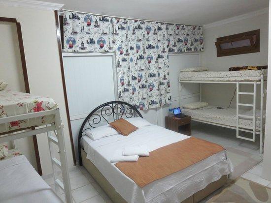 Boomerang Guesthouse Ephesus: habitación en el sótano, sin luz natural pero fresca. Habitación de matrimonio y 4 literas con b