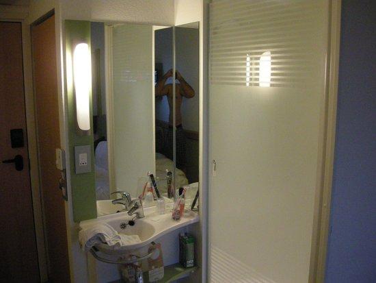 Hotel ibis budget London Whitechapel - Brick Lane : Zona de la ducha - lavabo