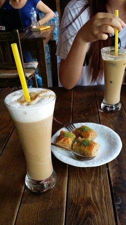 Cafe Safak: 사진 잘찍어주시구ㅎㅎ친절하구 프라페랑 아이스커피 맛있어요!!