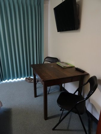 Crossways Historic Country Inn: Table and chairs in room