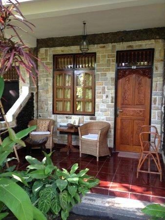Suma Hotel Lovina Beach : Notre terrasse (chambre standard)