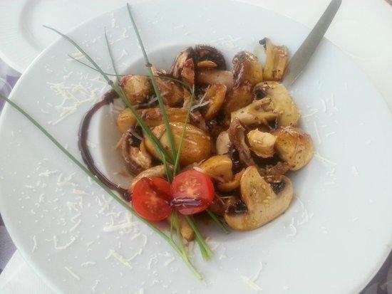 Pizza na Pedra: Entrada de cogumelos brancos frescos flamejados com molho de soja :)