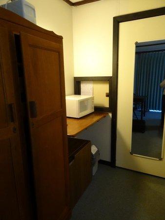 Crossways Historic Country Inn: Cupboard, fridge and microwave