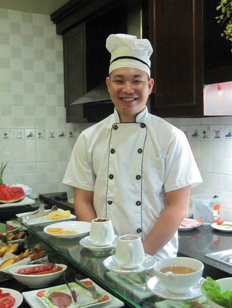 Golden Spring Hotel: Our friendly breakfast chef