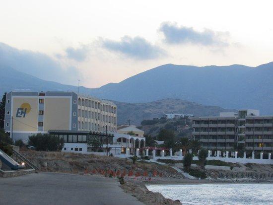 Electra Beach Hotel: Hotell Electra Beach sett från strandpromenaden