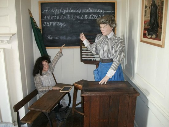 Westbury Manor Museum: Old school classroom
