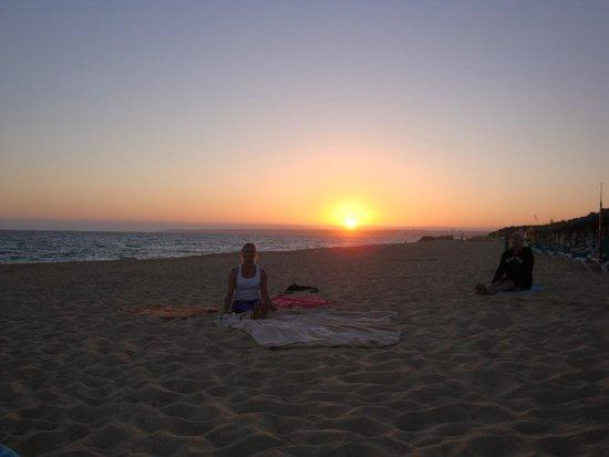 Vila Mimosa: Eén avond yoga op het strand.