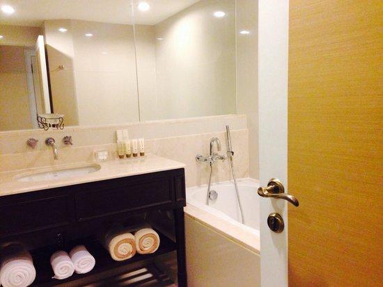 Dusit Thani Hua Hin : Club room bathroom