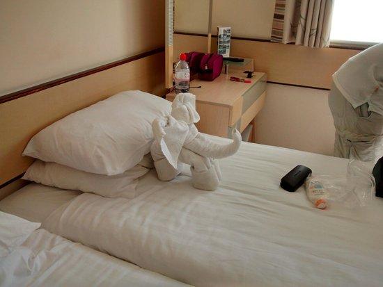 Warner Leisure Hotels Norton Grange Coastal Resort: Tired and dated room