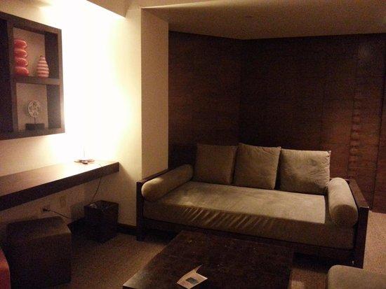 Outrigger Guam Beach Resort: 普通より少し大きめのソファ