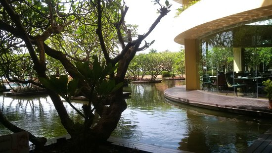 Dusit Thani Hua Hin : View from the main restaurant showing the pool pond and other part of the restaurant