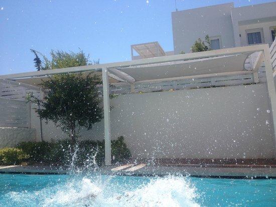 Patmos Aktis Suites & Spa: Espace aménagé près de la piscine