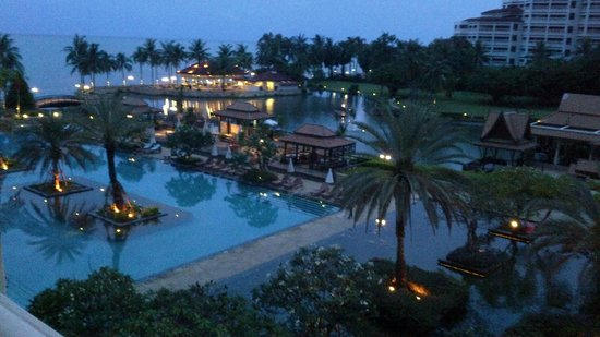 Dusit Thani Hua Hin : View of the pool and beach restaurant in the evening.