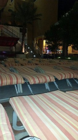 Golden Nugget Hotel: Look how close together the chairs are, awful.