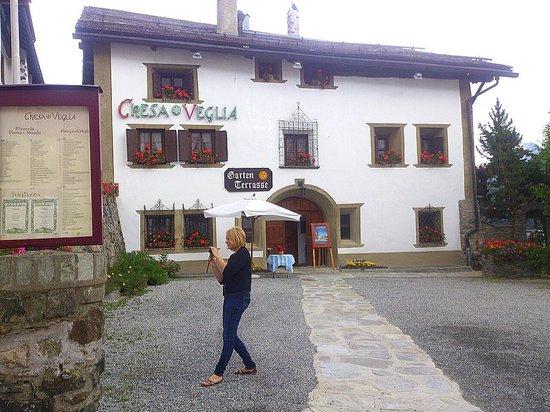 Restaurant-Bar Chesa Veglia: St. Moritz - Chesa Veglia - approaching
