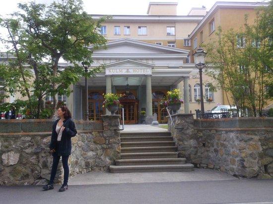 Kulm Hotel St. Moritz: St. Moritz - Kulm Hotel - approaching