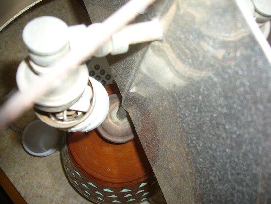 Fort Arabesque Resort, Spa & Villas : Questo è l'interno di una lampada della camera, lampada tutta rotta!