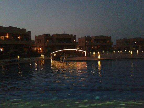 Laguna Beach Resort: la tranquillità della piscina by night..