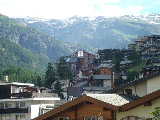 Resort Hotel Alex: Zermatt with the mountains towards the Italian border