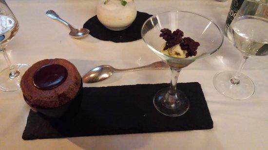Auberge Nicolas Flamel: soufflé mi-cuit au chocolat