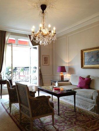 Hôtel Plaza Athénée : Salon avec accès Balcon-Terrasse