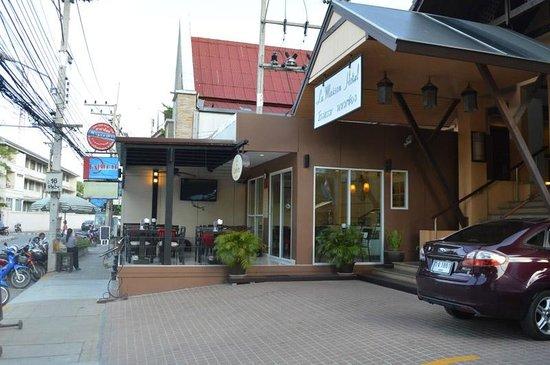 La Maison Hua Hin: Cafeloto outside hotel