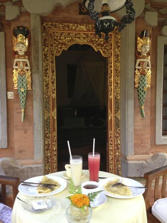 Ketut's Place: Petit-déjeuner servi devant la chambre