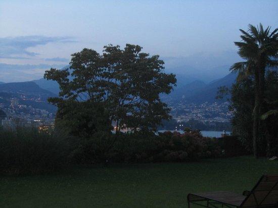 Suitenhotel Parco Paradiso: vista desde la habitación con salida a zona verde.
