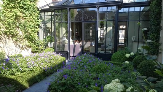 Hotel Ter Duinen : Part of the garden and conservatory