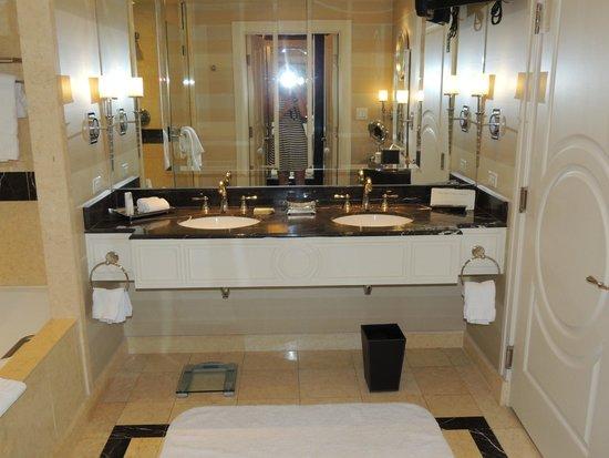 The Palazzo Resort Hotel Casino: Salle de bains avec deux lavabos et wc séparés