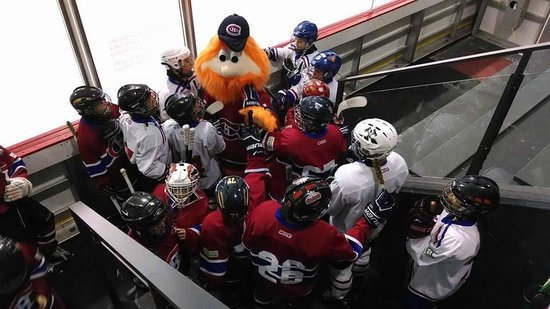 Bell Sports Complex : Youppi with the kids