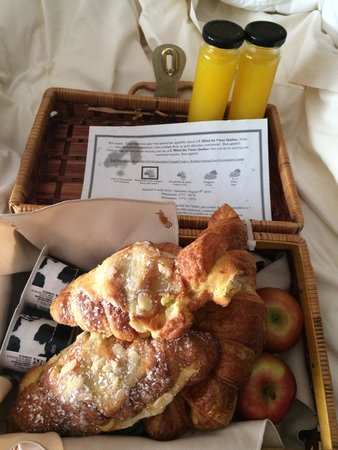Hotel du Vieux-Quebec: Breakfast was delivered to our door. The croissants were still warm!