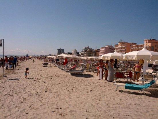 Spiaggia fronte holiday picture of bagno holiday village milano marittima tripadvisor - Bagno holiday village ...